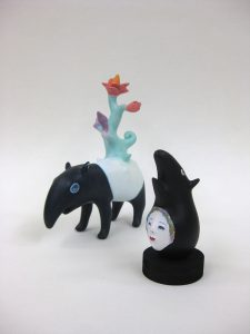 本田征爾「tapir & flowers」石粉粘土、着彩  H13.3cm